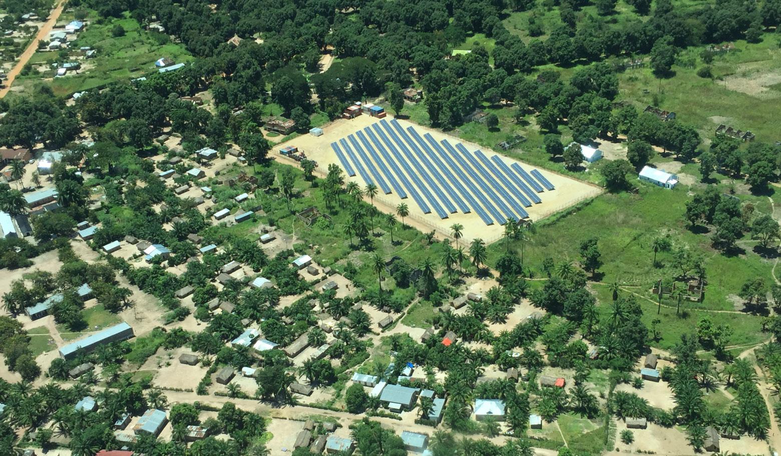 Vue aérienne de la centrale solaire de Manono