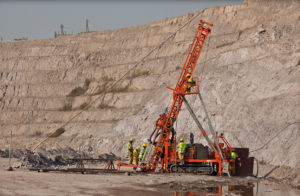 Ouvriers portant les équipements de sécurité sur site minier en RD Congo