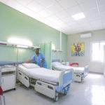 Chambre VIP avec TV et salle de bains au CMC, Lubumbashi, RD Congo.
