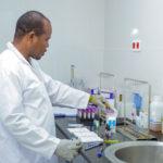 Analyses médicales au laboratoire du CMC