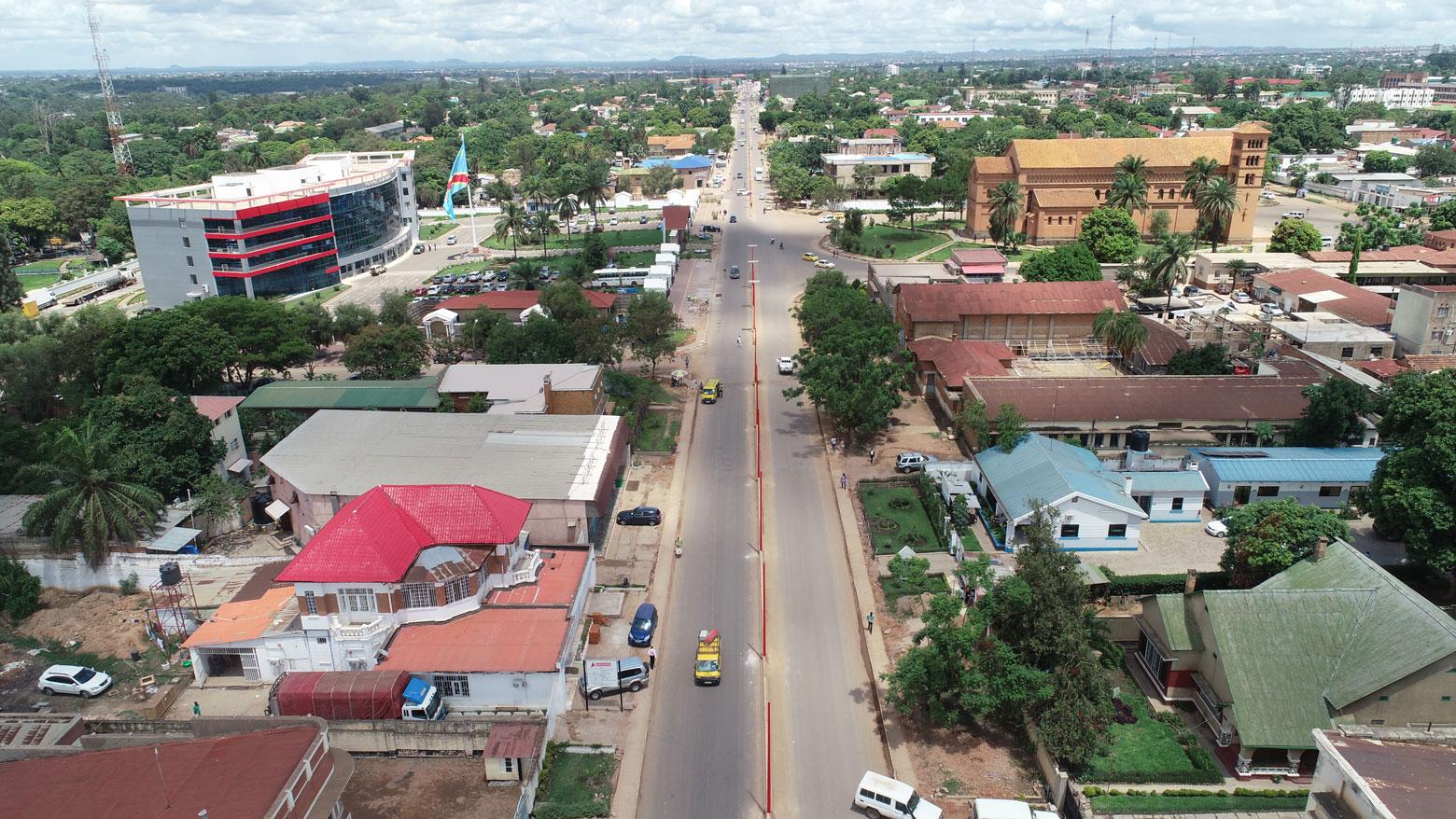 L'avenue Kasavubu avec le gouvernorat et la cathedrale de Lubumbashi en RDC.