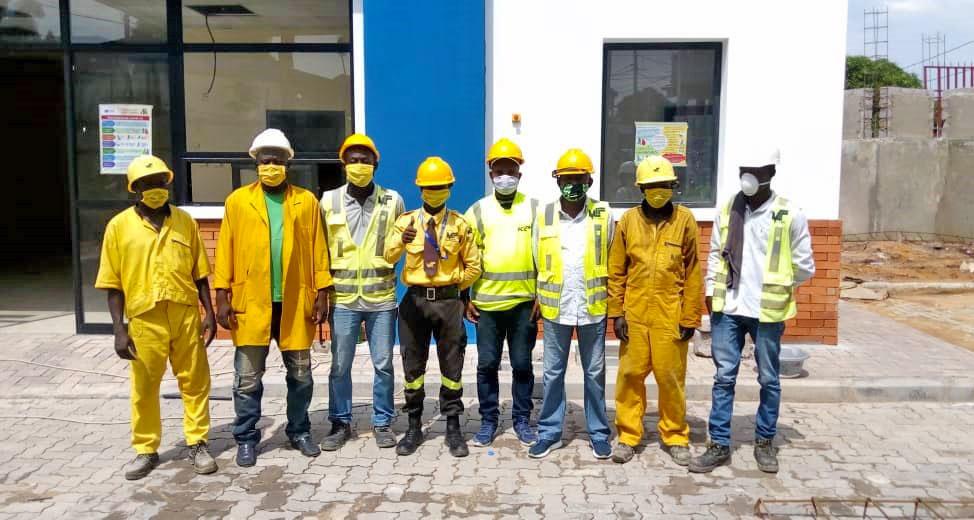 Des ouvriers portent un masque de protection sur un chantier du Groupe Forrest à Kinshasa