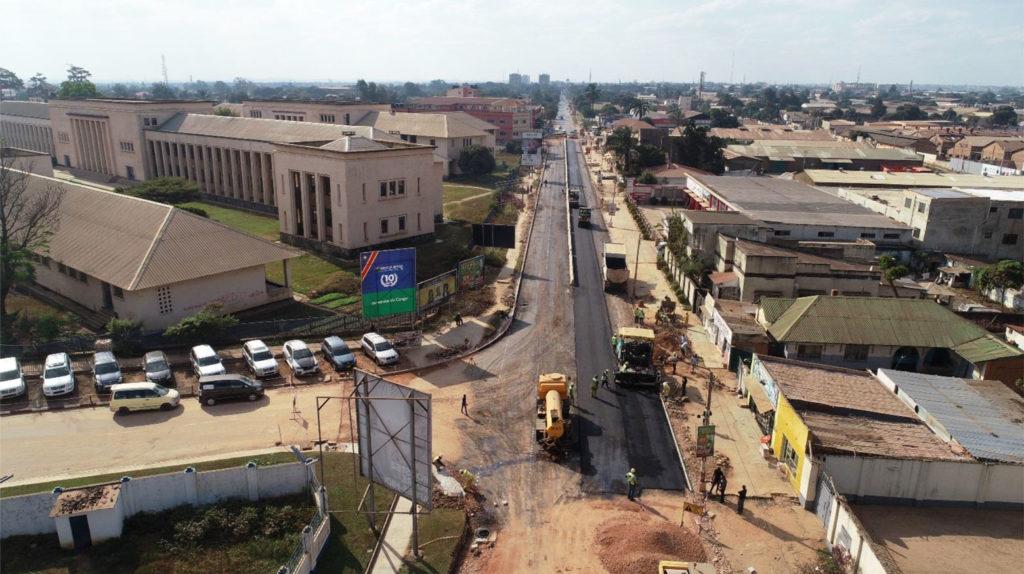 Travaux d'asphaltage sur l'avenue Lumumba à Lubumbashi en RDC.
