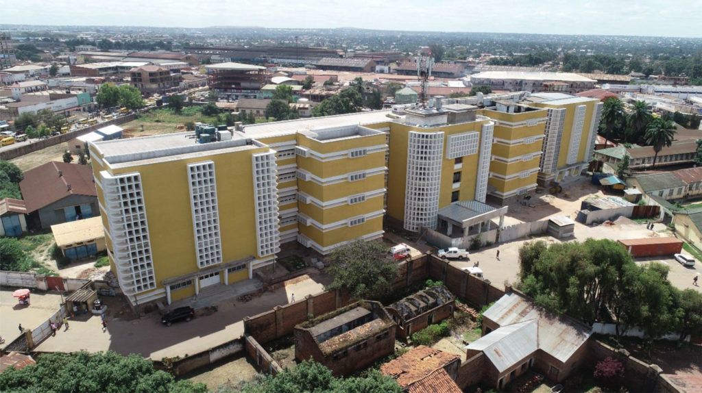 Façade avant de l'hôpital Sendwe à Lubumbashi