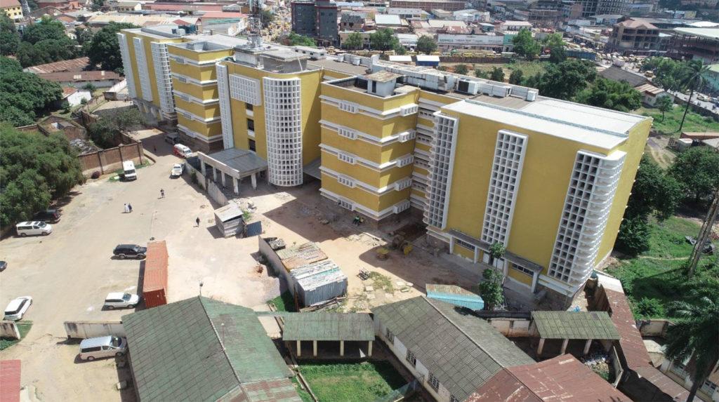 Façade avant de l'hôpital Sendwe à Lubumbashi, RD Congo