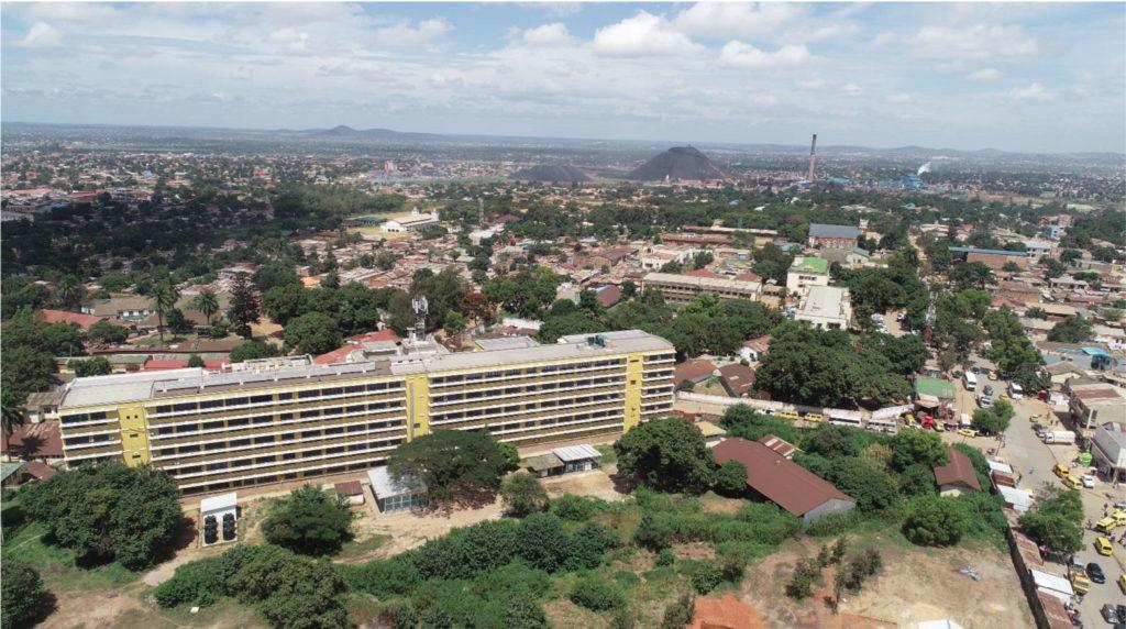Vue aérienne de Lubumbashi avec l'hôpital Sendwe en avant-plan